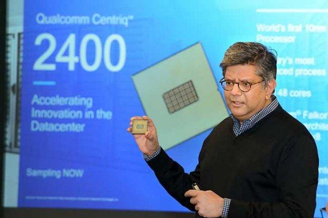 Anand Chandrasekher, responsable de l'activité datacenter de Qualcomm, montre sa puce Centriq 2400 dotée de 48 coeurs.