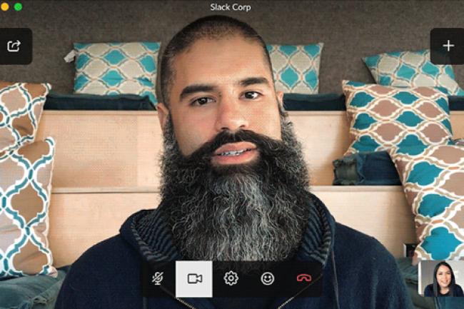 Chris Luquetta-Fish, directeur produits de Slack, s'est mis en scène à l'occasion du lancement de la fonction de vidéo conférence de la solution. (crédit : D.R.)