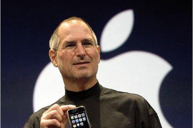 Le tout premier iPhone a �t� d�voil� sur la conf�rence MacWorld 2007 par Steve Jobs, CEO d'Apple, il y a tout juste 10 ans. (cr�dit : D.R.)