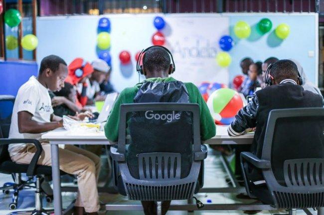 52 équipes originaires de 22 pays, dont la France,  s'affrontent côte à côte lors de la finale du Hash Code 2017 à Google Paris.