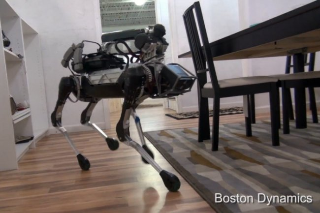 Le mini robot Spot de Boston Dynamics se promène dans une maison dans une vidéo diffusée par la société le 23 juin 2016. (Crédit B.D.)