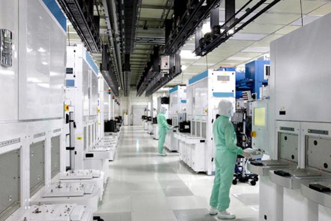 Toshiba et Western Digital opèrent conjointement une usine de fabrication de mémoire à Yokkaichi au Japon comprenant notamment cette salle blanche. (crédit : Toshiba)