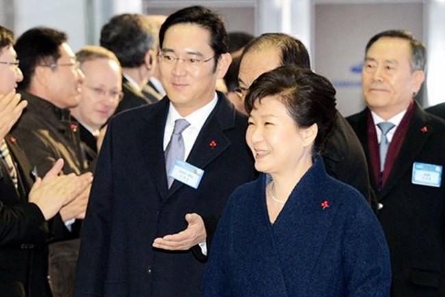 Le vice-président de Samsung Electronics et héritier du groupe Samsung, Lee Jae-yong, ci-dessus avec la présidente sud-coréenne Park Geun-hye visée par une procédure de destitution depuis décembre dernier. (crédit : D.R.)