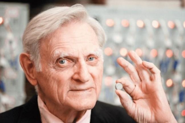 John Goodenough, co-créateur de la batterie Lithuim-ion, planche sur une génération de batterie à base de sodium. (crédit : D.R.)