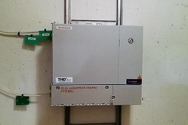 Dans les Hauts-de-Seine - ici un boitier de raccordement à Issy-Les-Moulineaux - la gestion du réseau fibre optique est désormais assurée par Covage 92 depuis l'éviction de Sequalum. (Crédit S.L.)