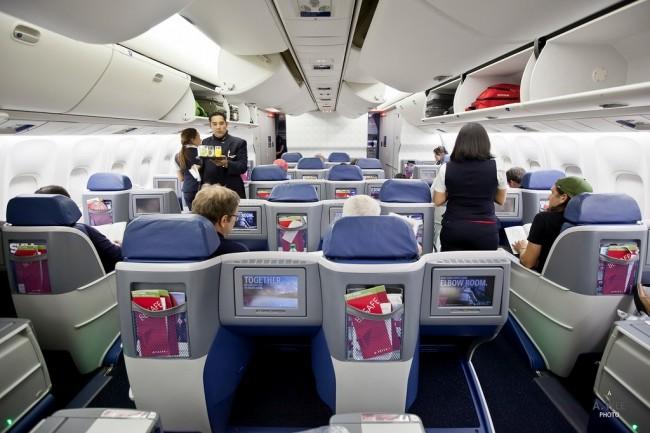 Suite à l'interdiction des PC et tablettes dans les avions, certaines compagnies proposent des laptops à leur passagers en business. (Crédit Delta)