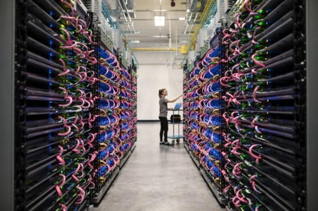 En complément des circuits spécialisés dans les mobiles, Google compte sur ses datacenters pour assurer les traitements d'apprentissage machine. (Crédit Google)