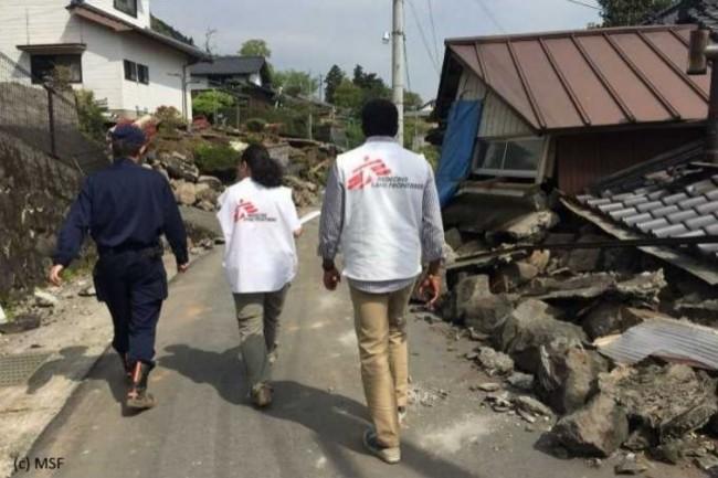 Les 8 000 expatriés (ici sur un lieu de tremblement de terre) doivent recevoir une veille de qualité même avec une mauvaise connexion Internet. (crédit : D.R.)
