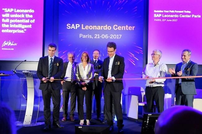 Marc Genevois (au 1er plan à droite), DG de SAP France, inaugure symboliquement le centre Leonardo de Levallois-Perret, avec Thomas de la Fouchardière, CSS de Cafés Richard. (crédit : LMI/MG)