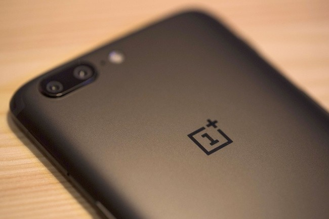 S'il pèche par son design, le One Plus 5 reste une valeur sûre au niveau de ses composants et de son efficacité. (crédit photo : IDG).