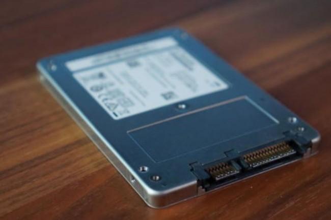 Le SSD 545s d'Intel se montre particulièrement rapide à tel point de concurrencer les lecteurs MLC rapides. (crédit : IDG / Gordon Mah Ung)