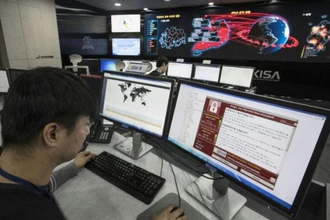 Un employé de la Korea Internet and Security Agency à Séoul, en Corée du Sud, surveillant de près les opérations de cyberattaque de son voisin nord-coréen. (crédit : D.R.)