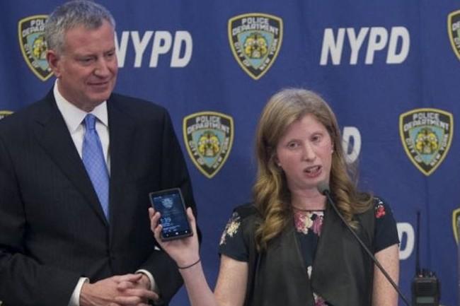 Bill de Blasio, maire de New-York, et Jessica Tisch, responsable IT du NYPD, présentaient en 2014 l'achat de Windows Phone comme « Un grand pas vers le 21e siècle ». (crédit : D.R.)