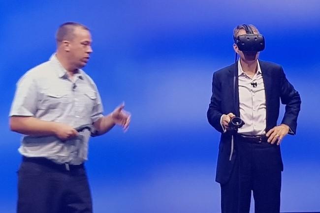 Le CEO de VMware Pat Gelsinger (à droite) navigue dans les méandres du cloud public avec son casque de réalité virtuelle. (Crédit S.L.)
