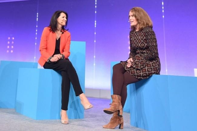 Peggy Johnson (à droite), vice-présidente exécutive, responsable du développement de Microsoft, et Laurence Lafont, directrice générale Marketing & Operations de la filiale française, le 3 octobre 2017 sur Microsoft Experiences. (Crédit : Microsoft)