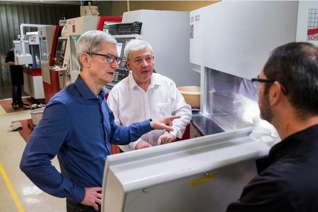 Ce 9 octobre, le CEO d'Apple Tim Cook s'est rendu dans la PME Eldim, près de Caen, qui lui fournit la technologie de reconnaissance faciale de l'iPhone X. (source : fil Twitter de Tim Cook)