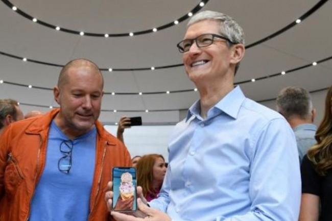 Tim Cook, CEO d'Apple (à droite de Jonathan Ive, chief design officer d'Apple), a de quoi être satisfait de la marge dégagée par son entreprise avec l'iPhone X. (crédit : D.R.)