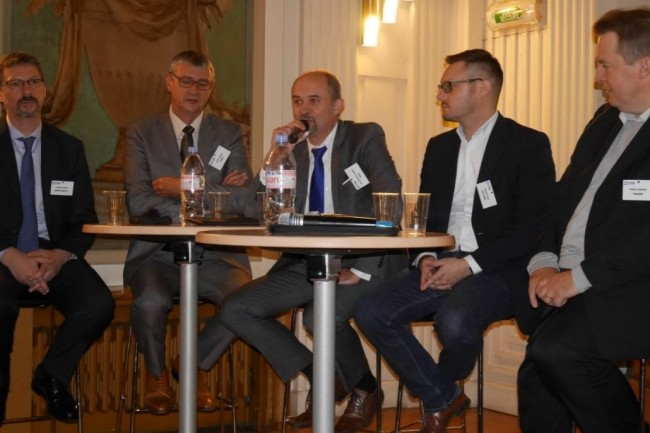 Le plateau d'intervenants de l'IT Tour à Reims jeudi 9 novembre était composé de Thierry Devigne (DSI Groupe FDSEA 51), Didier Jacquot (DSI Forco), Jean-François Louâpre (Vice-président du Cesin), Michaël Taine (DSI CHU de Reims) et Vincent Gérémia (DSI à temps partagé). crédit : LMI