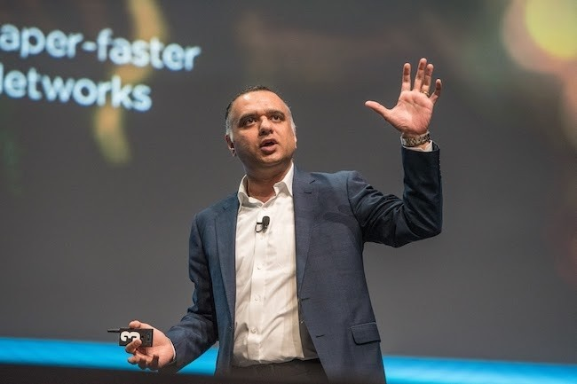 Dheeray Pandey, CEO de Nutanix, sur scène à Nice pour la seconde édition de NEXTconf Europe. (Crédit Nutanix)