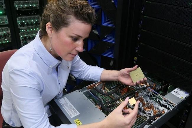 Les puces Power9 ont été conçues par IBM pour prendre en charge les traitements intensifs liés aux technologies de deep learning. Ci-dessus, Stefanie Chiras, ingénieur d'IBM, teste un serveur Power System à Austin, Texas. (Crédit : Jack Plunkett)