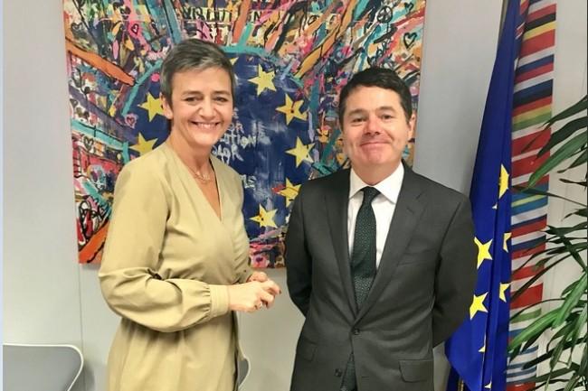 Margrethe Vestager, Commissaire européenne à la concurrence, avec Paschal Donohoe, ministre des Finances du gouvernement irlandais, hier à Bruxelles. (Crédit : Twitter/@Paschald)