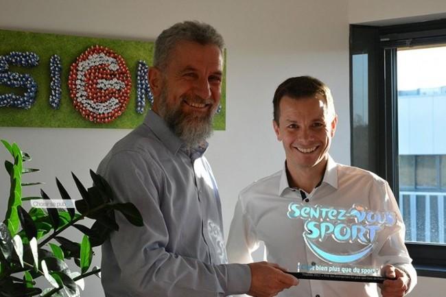 Philippe Oléron, président de Sigma informatique, et Stéphane Papin, consultant, arborent fièrement leur trophée de l'entreprise la plus sportive de France. (crédit : D.R.)