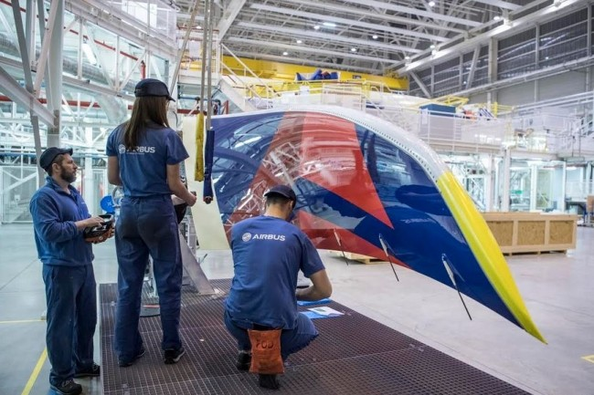 Chez Airbus, des opportunités sont également ouvertes aux travailleurs handicapés dans l'ingénierie ou la logistique. Crédit. Airbus. F.Lancelot/master films