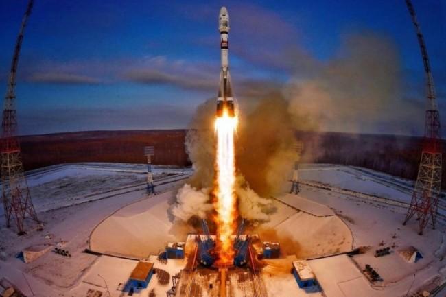 La fusée Soyuz-2.1b transportant le satellite russe Meteor en plein décollage le 28 novembre depuis la base de lancement Vostotchny près de Tsiolkovski en Sibérie. (crédit : Roscomos)