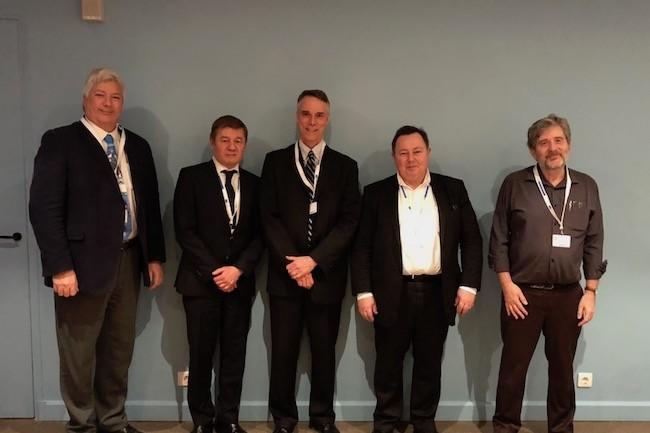 Photo de famille pour les 40 ans d'OpenVMS avec Ken Surplice (HPE), Miroslaw Szczeblewski (ReSyst), Terry Holmes (VSI), Benoît Maillard (HPE) et  Gérard Calliet (Pia-Sofer). Crédit S.L.