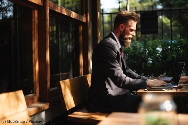 Travailler en dehors du bureau n'est pas forcément bien vu par les cadres les plus âgés. (Crédit D.R.)