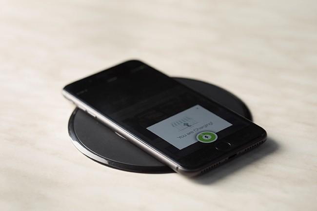Les derniers chargeurs sans fil de Powermat utilisent désormais tous les standards de la transmission d'énergie sans fil. (Crédit : Powermat).