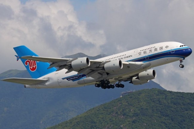 China Eastern Airlines, Hainan Airlines, China Southern Airlines et Air China ont décidé d'autoriser l'usage des smartphones pendant les vols. (crédit : Sergey Kustov / Creative Commons)