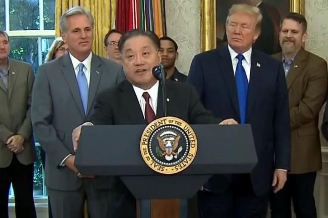 Hock Tan, CEO de Broadcom, à l'occasion de son intervention le 2 novembre à la Maison Blanche aux côtés du président américain Donald Trump annonçant le rapatriement de son siège social singapourien vers les Etats-Unis. (crédit : D.R.)