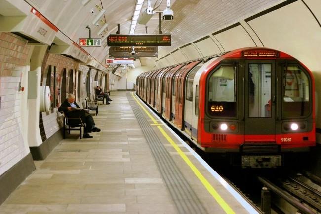 En utilisant toutes les données fournies par le réseau de métro londonien (conditions de fermeture des portes des trains, vitesse, taux d'utilisation, etc.) et des données externes (météo, température, etc.), les scientifiques élaborent des algorithmes capables de prédire une future panne. (Crédit : Wikipedia)