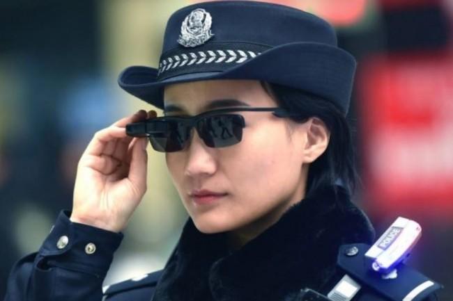 En test depuis l'année dernière à Zhengzhou, les lunettes connectées utilisées par la police chinoise ont permis d'arrêter 33 personnes dont 7 impliquées dans des affaires sérieuses. (crédit : D.R.)