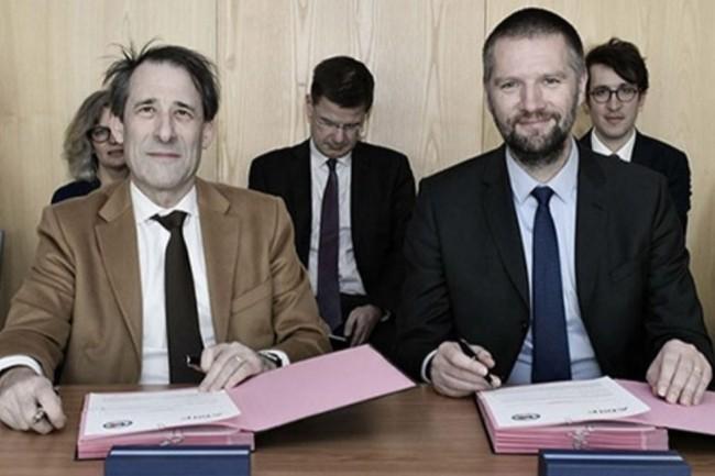 De gauche à droite : Robert Ophèle (président de l'AMF) et Guillaume Poupard (directeur général de l'ANSSI) lors de la signature. (crédit : D.R.)