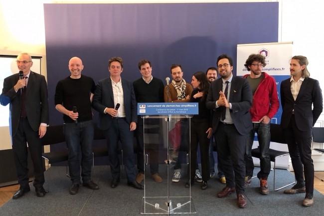 Aux côtés d'Henri Verdier (3e à gauche), directeur de la DINSIC, de Philippe Vrignaud (1er à gauche), responsable du projet, et de Mounir Mahjoubi (3e à droite), secrétaire d'Etat chargé du Numérique, l'équipe de Démarches-simplifiées, le 1er mars lors du lancement du service. (Crédit : DINSIC)