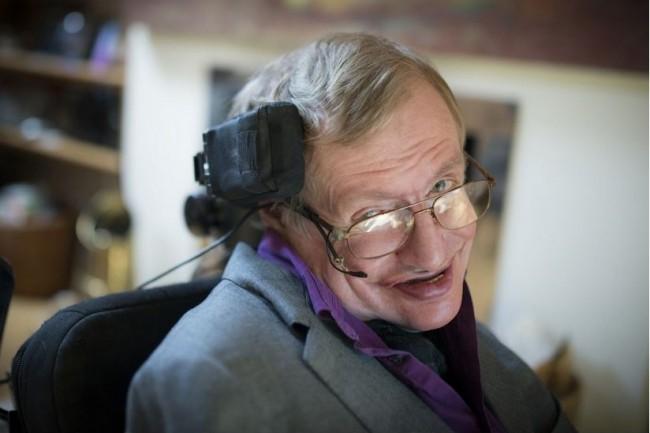 Au fil des années, la voix synthétisée de Stephen Hawking nous était devenue familière. (crédit : Intel)