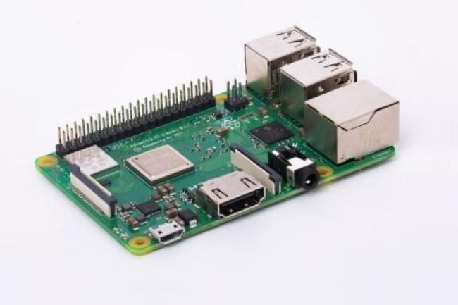 Pour alimenter sa carte Raspberry Pi 3 Model B+, il est recommandé de choisir un adaptateur secteur de très bonne qualité délivrant 2,5A. (Crédit : Raspberry)