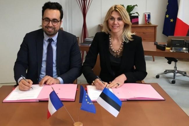 Le secrétaire d'Etat chargé du Numérique Mounir Mahjoubi et la ministre de l'entreprenariat et du numérique estonien, Urve Palo officialisant un accord de coopération entre la France et l'Estonie. (crédit : D.R.)