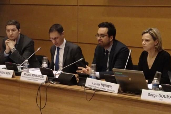 Mounir Mahjoubi, 2�me ne partnat de la droite, ouvre le s�miniare de l'OECP sur la d�mat�rialisation de la commande publique (photo DAJ Minefi).