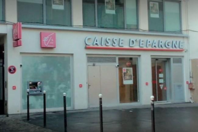 Le distributeur de billets de la Caisse d'Epargne, situ� rue du Commerce dans le 15e arrondissement de Paris, pris pour cible par un pirate moldave le 2 avril. (cr�dit : D.R.)