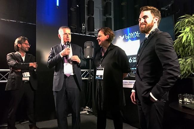 Laurent Chrétien, directeur général du salon Laval Virtual (à gauche) et Béatrice Mottier, sa présidente, ont annoncé un partenariat avec l'événement Mondial.Tech, dirigé par Victor Lesueur (à droite). Partenariat applaudi par le maire et président de l'agglomération de Laval, François Zocchetto. (Crédit : Nicolas Certes)