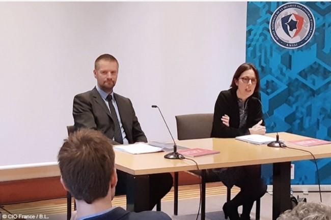Claire Landais, secrétaire générale de la défense et de la sécurité nationale, et Guillaume Poupard, directeur général de l'ANSSI, ont tenu une conférence de presse le 17 avril 2018. (Crédit : B.L.)