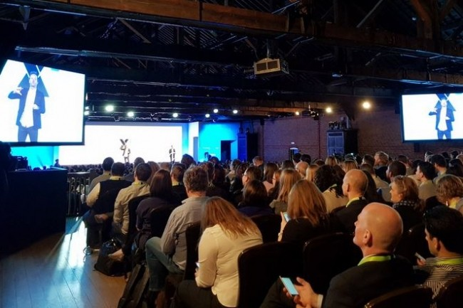 Ryan Smith, CEO de Qualtrics, présentant l'offre Stats iQ le 11 avril dernier à Londres, sur l'événement X4Europe de l'éditeur. (Crédit : Qualtrics)