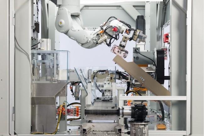 Deux robots ont déjà été installés aux États-Unis et aux Pays-Bas (le siège européen de la firme pour la logistique) pour traiter des iPhone.(Crédit : Apple)