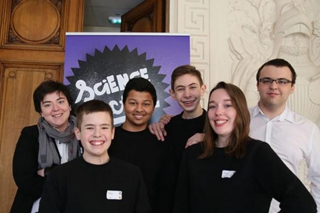 Les Kids from LH,  équipe lauréate de Science Factor 2015 ont été récompensés pour avoir développé un prototype de cantine connectée. Crédit. Ionis Group