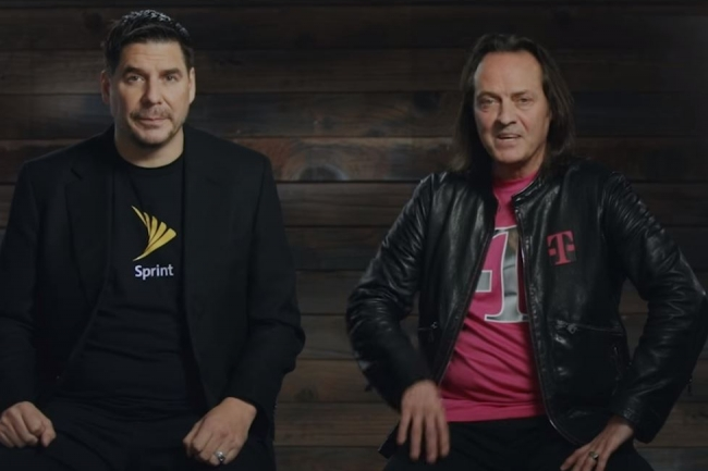 Marcelo Claure, CEO de Sprint (à gauche) et John Legere, président et CEO de T-Mobile se sont mis en scène dans une vidéo pour annoncer leur rapprochement. (crédit : D.R.)