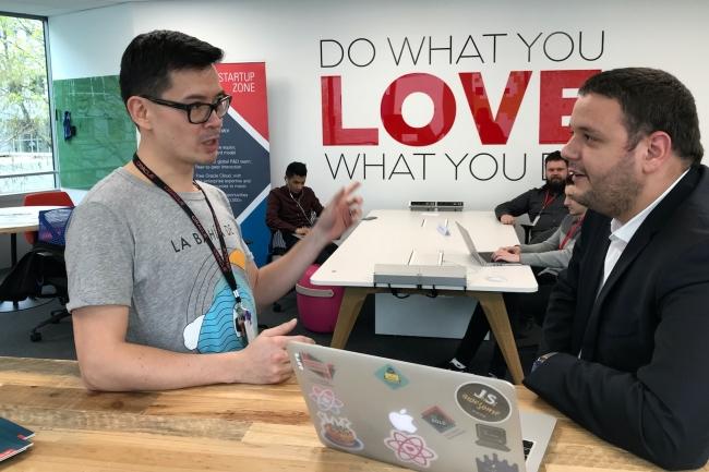 Jean-Marc Hui Bon Hoa (à gauche), directeur du programme Startup Cloud Accelerator d'Oracle France, s'entretient avec Yacine Khatal, architecte Cloud de la startup Dial-Once, sur les questions de haute disponibilité d'une application. (Crédit : Oracle)