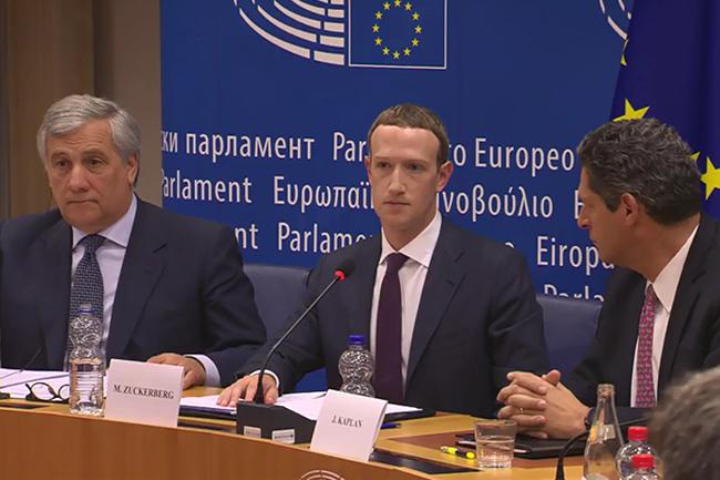 Mark Zuckerberg, entouré de son vice-président aux affaires publiques, Joel Kaplan (à droite) et du président du Parlement européen, Antonio Tajani (à gauche), était entendu à la Conférence des présidents, réunissant les dirigeants des groupes politiques du Parlement. (Crédit : Parlement européen)